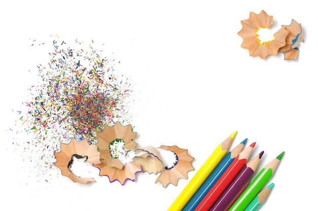 Fundo de aparas de madeira com lápis de cor