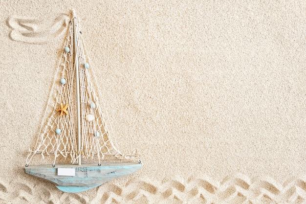 Fundo de areia com pequeno barco de madeira, vista de cima, espaço de cópia
