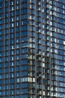Fundo de arranha-céu de vidro moderno com reflexão de céu e nuvens