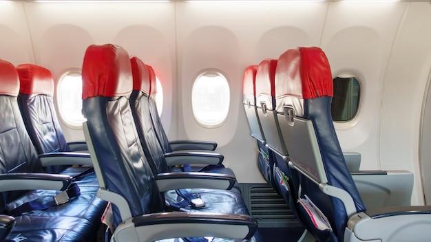 Fundo de assentos vazios de linha de avião a bordo, conceito de viagens e transporte