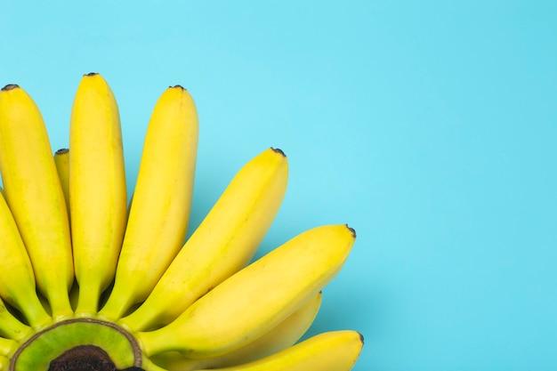 Fundo de bananas. bananas em um fundo azul puro.