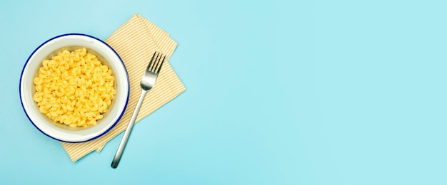 Fundo de banner de massa. macarrão com queijo em um fundo azul.