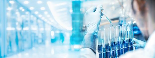 Fundo de banner, pesquisadores de saúde trabalhando em laboratórios de ciências biológicas, trabalho de pesquisa em tecnologia de ciências médicas para testar uma vacina, tratamento de cura de proteção de vacina contra coronavírus covid-19