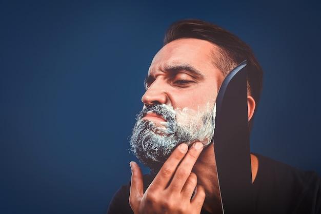 Fundo de barbearia com barbear brutal com facão de homem barbudo.