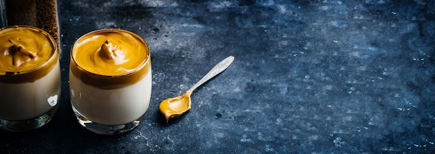 Fundo de bebida de café dalgona. bebida coreana de café feita com café instantâneo batido, açúcar e leite.