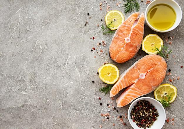 Fundo de bifes de salmão cru
