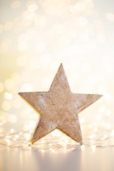 Fundo de bokeh de ouro de natal com estrela decorativa. estrelas douradas de natal.