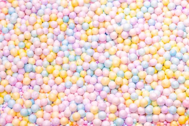 Fundo de bolas de plástico roxo, amarelo e azul