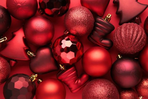 Fundo de bolas vermelhas de natal. composição de ano novo. vista do topo