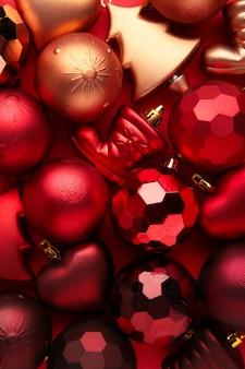 Fundo de bolas vermelhas de natal. composição de ano novo
