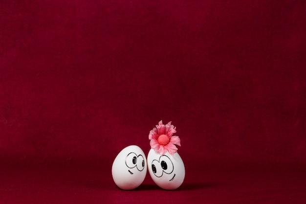 Fundo de borgonha com os ovos de páscoa bonita
