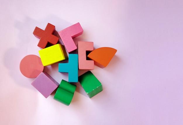 Fundo de brinquedos de criança. madeira colorida