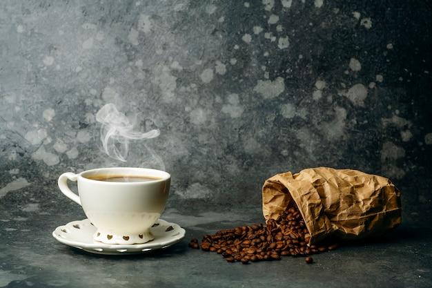 Fundo de café. grãos de café e copo em fundo escuro. banner de café para menu, design e decoração
