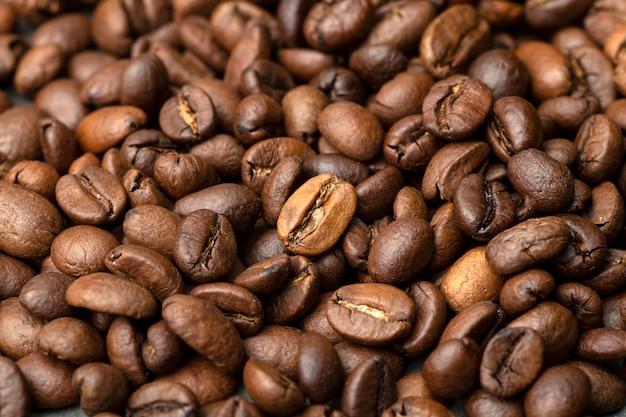 Fundo de café. grãos de café torrados em um fundo escuro. banner de café para menu, design e decoração