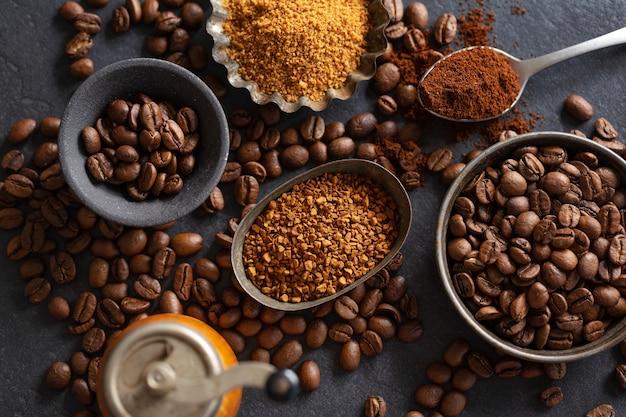 Fundo de café ou conceito de café com grãos de café em tigelas e açúcar. vista de cima