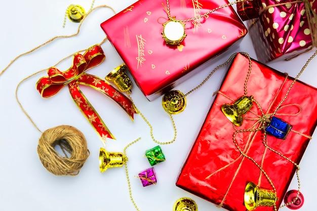 Fundo de caixa de presente de natal. celebração de natal com presente dando conceito, copie o espaço no fundo branco
