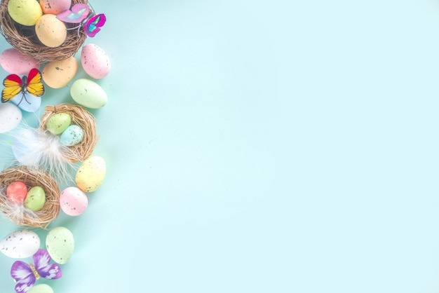 Fundo de cartão de páscoa com ovos, flores e borboletas copiar espaço