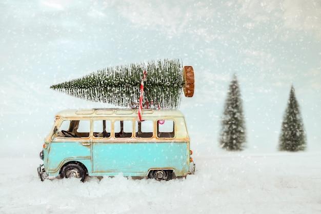 Fundo de cartão postal vintage feliz natal - miniatura de carro antigo transportar a árvore do abeto no telhado