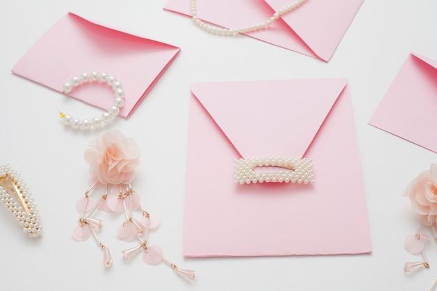 Fundo de casamento, decorado com convites rosa