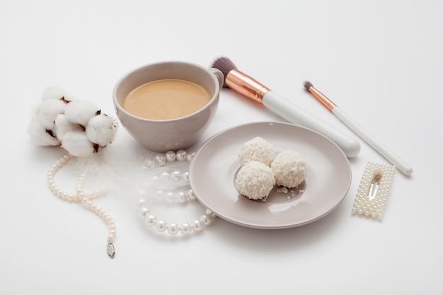 Fundo de casamento, decorado pena branca, flor de algodão e grampos de cabelo de pérolas. preparação do conceito para o casamento