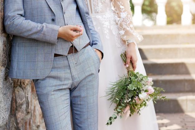 Fundo de casamento, noiva e noivo em roupas elegantes