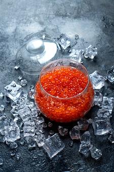 Fundo de caviar de salmão vermelho perfeito. foto vertical.