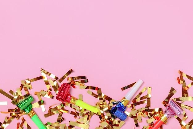 Fundo de celebração com confete de festa dourado em fundo rosa