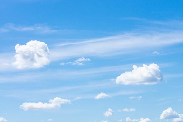 Fundo de céu azul com pequenas nuvens, nuvem no céu azul