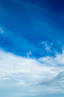 Fundo de céu azul com pequenas nuvens