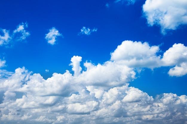 Fundo de céu azul de verão com nuvens brancas