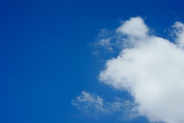Fundo de céu azul nublado