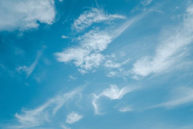 Fundo de céu azul vazio com nuvens, lindo céu nas tardes de inverno.