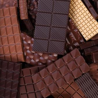 Fundo de chocolate orgânico, pilha de barras de cacau, vista superior.