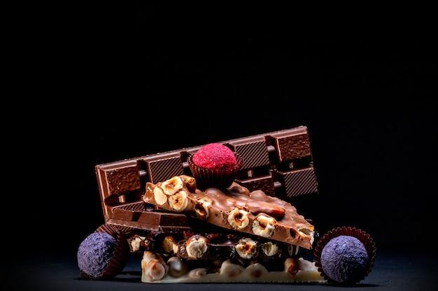 Fundo de chocolates. chocolate. variedade de chocolates finos em chocolate branco, escuro e ao leite. doces de chocolate praliné.