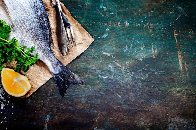 Fundo de comida com peixe e vinho