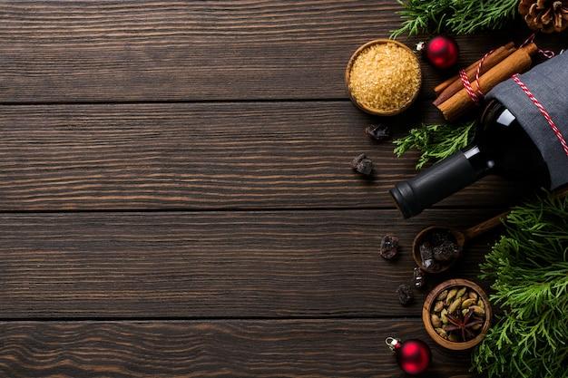 Fundo de comida de ano novo. ingredientes para fazer uma garrafa de vinho quente de natal com vinho tinto