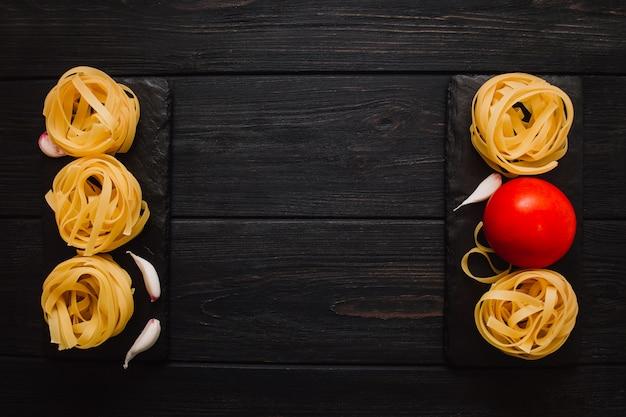 Fundo de comida italiana na mesa de pedra preta
