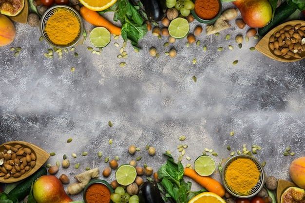 Fundo de comida saudável, quadro de alimentos orgânicos. ingredientes para cozinhar saudável: legumes, frutas, nozes, especiarias