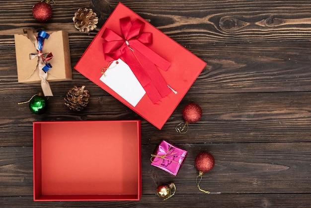 Fundo de compras de presente de feriado de natal. vista de cima com espaço de cópia. papel artesanal presente caixas amarradas com corda em fundo azul, vista superior. composição plana leiga para aniversário.