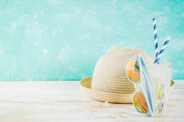 Fundo de conceito de férias de férias, chapéu, óculos de sol, bebida gelada (limonada, mojito)