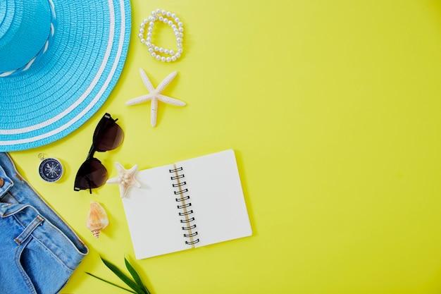 Fundo de conceito de viagens de verão amarelo leigo plano