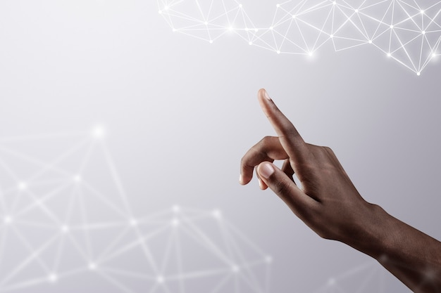 Fundo de conexão global 5g na ponta do dedo com remix digital de tecnologia inteligente de mão feminina
