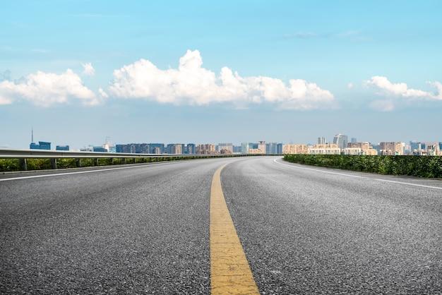 Fundo de construção moderna e estrada asfaltada em xangai, china