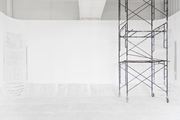 Fundo de construção. sala branca renovando o processo de trabalho com branco pintado na parede e