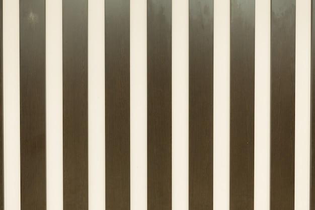 Fundo de cor bege com listras verticais coloridas, tons de marrom e branco