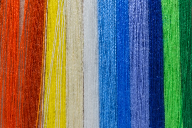 Fundo de cor pastel, costureira e designer de mesa, acessórios de artesanato, threads rolo, tesoura