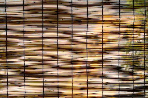 Fundo de cortinas de bambu com luz solar