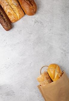 Fundo de cozimento com saco de papel de supermercado com pães assados, vista de cima com espaço de cópia