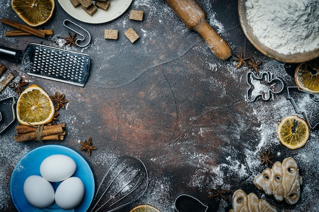 Fundo de cozimento de natal. ingredientes para cozinhar o cozimento de natal em fundo escuro. copyspace. espírito de natal.