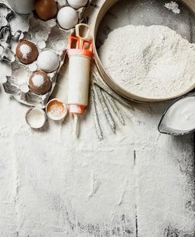 Fundo de cozimento. ferramentas e ingredientes para a massa.